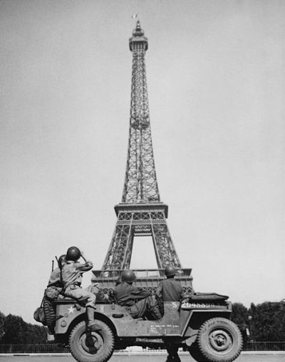 472px-American_soldiers_watch_as_the_Tricolor_flies_from_the_Eiffel_Tower_again
